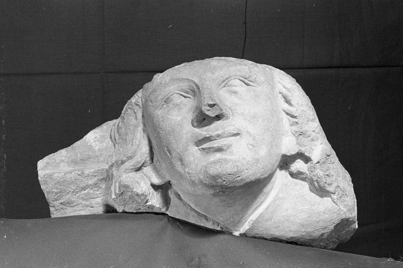 Corbeau en pierre de Romain, fragment : tête, de face