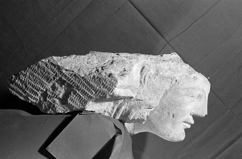 Corbeau en pierre de Romain, fragment : tête, profil droit