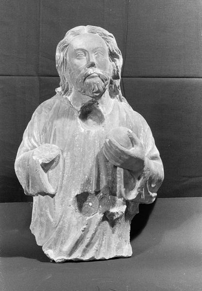Statue en pierre de Courville, fragment : Dieu le Père (supposé) à mi-corps tenant un globe dans la main, de face