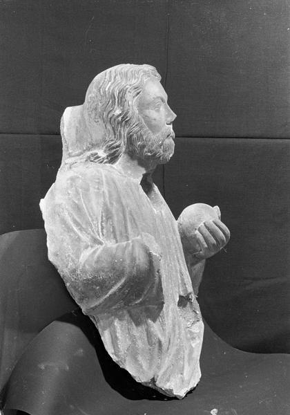 Statue en pierre de Courville, fragment : Dieu le Père (supposé) à mi-corps tenant un globe dans la main, profil droit