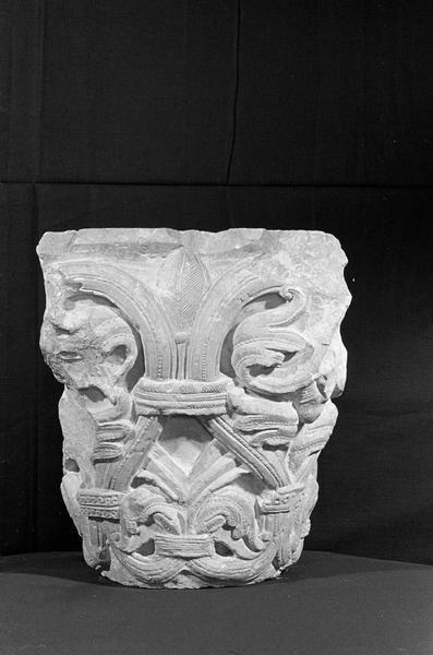Chapiteau en pierre de Courville orné de lys