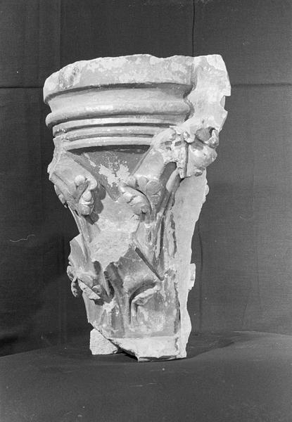 Chapiteau à crochets en pierre de Courville