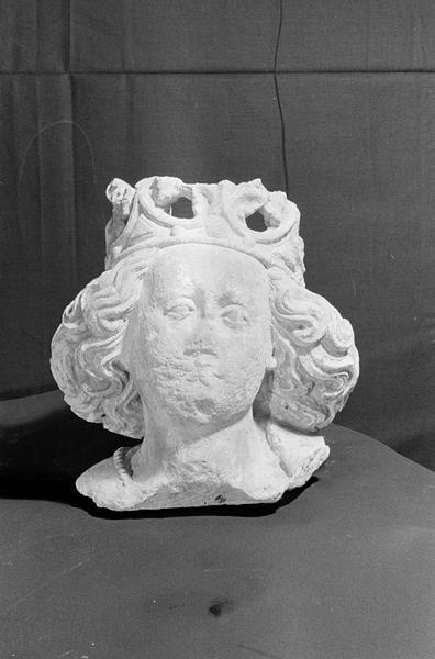 Statue en pierre de Courville, fragment : tête de Vierge couronnée, de face