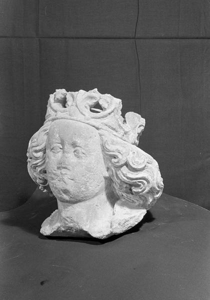 Statue en pierre de Courville, fragment : tête de Vierge couronnée, de trois quarts gauche