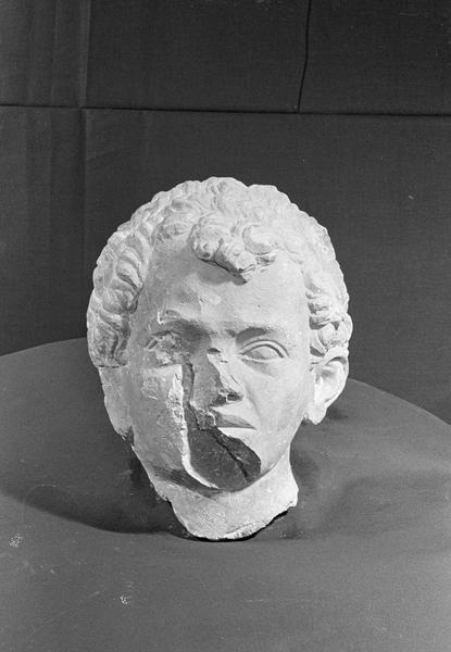 Statue en pierre de Courville, fragment : tête de jeune homme, de face