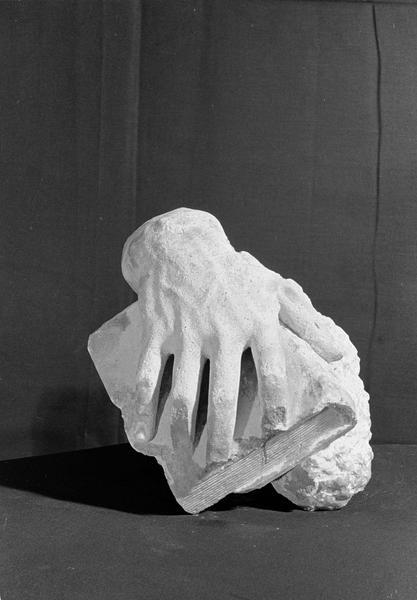 Statue en pierre de Courville, fragment : main tenant un livre