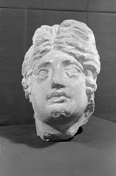 Statue en pierre de Courville, fragment : tête de femme, de face