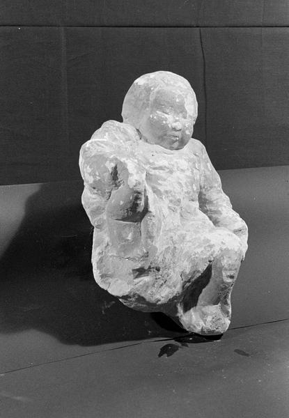 Statue en pierre de Saint-Maximin, fragment : Enfant-Jésus, de trois quarts droit