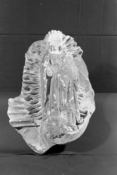 Statue en pierre de Saint-Maximin, fragment : Vierge couronnée dans une mandorle flamboyante, de face