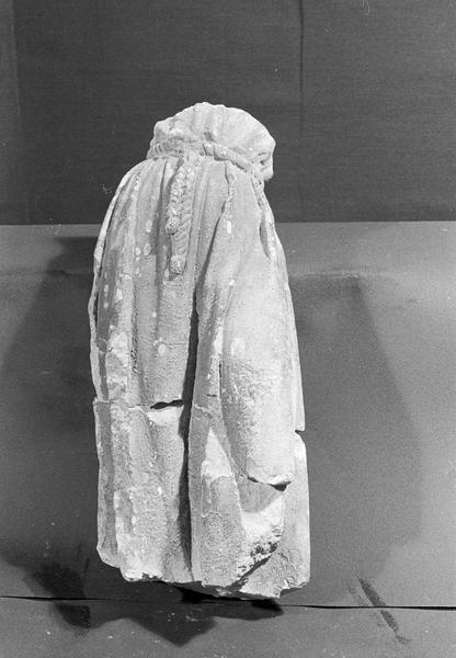 Statue en pierre de Romain, fragment : personnage acéphale portant une ceinture en corde, de face