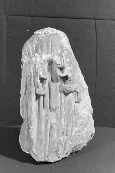 Statue en pierre de Courville, fragment : personnage acéphale, de face
