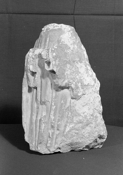 Statue en pierre de Courville, fragment : personnage acéphale, de trois quarts gauche