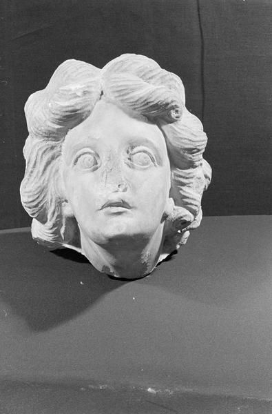 Statue en marbre, fragment : tête de femme, de face