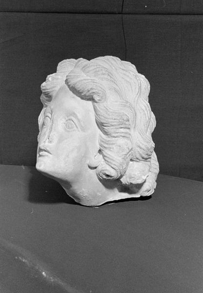 Statue en marbre, fragment : tête de femme, de trois quarts gauche
