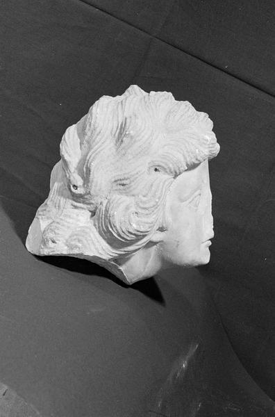 Statue en marbre, fragment : tête de femme, profil droit