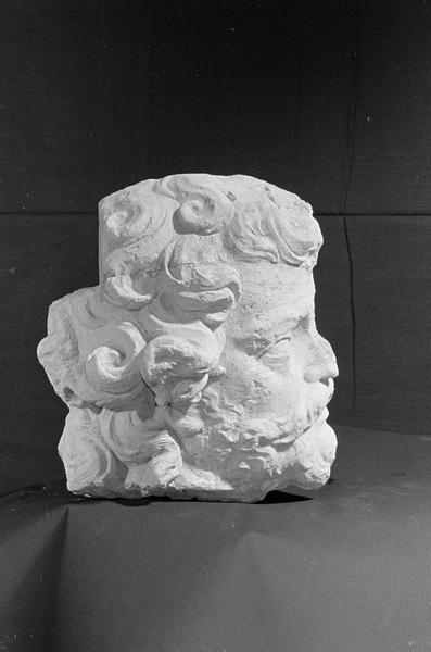 Statue en pierre de Courville, fragment : tête d'homme barbu, profil droit