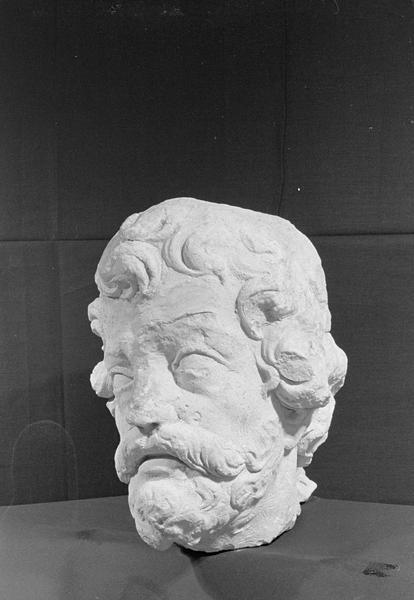 Statue en pierre de Courville, fragment : tête d'homme barbu, de trois quarts gauche