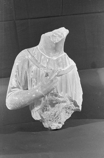 Statue en pierre de Courville, fragment : buste d'homme, de face