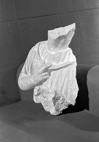 Statue en pierre de Courville, fragment : buste d'homme, de trois quarts gauche