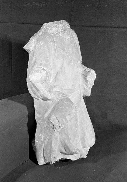 Statue en pierre de Courville, fragment : homme agenouillé acéphale, de trois quarts droit