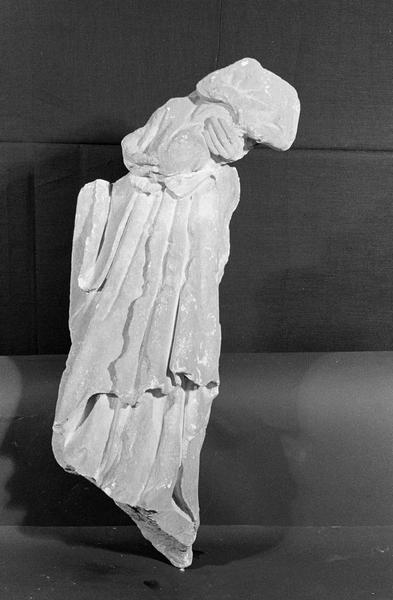 Statue en pierre de Courville, fragment : Vierge à l'Enfant acéphale, de face