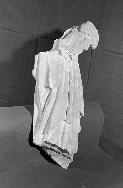 Statue en pierre de Courville, fragment : Vierge à l'Enfant acéphale, de trois quarts droit