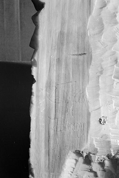 Statue en marbre blanc, fragment : inscription gravée au dos