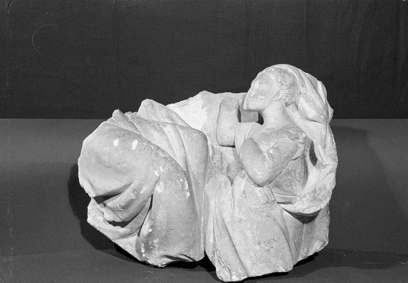 Haut-relief en pierre de Saint-Maximin, fragment : femme voilée agenouillée, de face