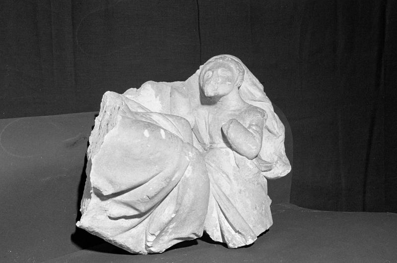 Haut-relief en pierre de Saint-Maximin, fragment : femme voilée agenouillée, de trois quarts droit
