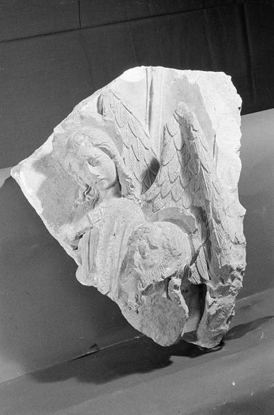 Haut-relief en pierre de Courville, fragment : ange et tête d'homme nimbée, de trois quarts gauche