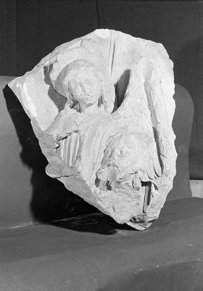 Haut-relief en pierre de Courville, fragment : ange et tête d'homme nimbée, de face
