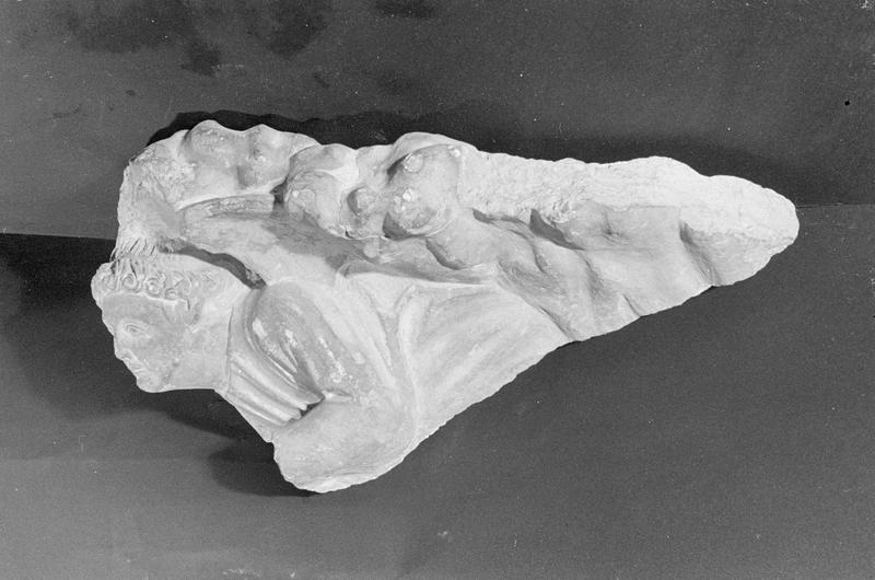 Haut-relief en pierre de Courville, fragment : ange dans les nuages, profil gauche
