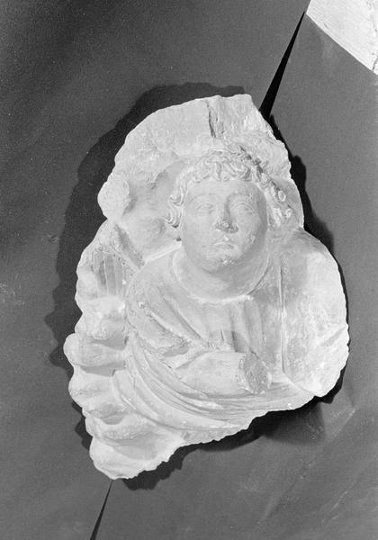 Haut-relief en pierre de Courville, fragment : ange dans les nuages, de face