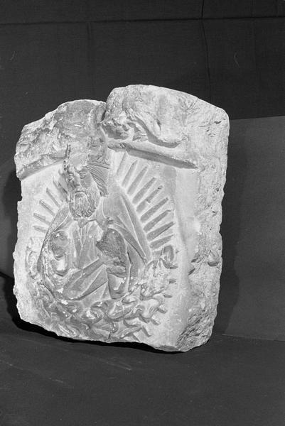 Haut-relief en pierre de Courville, fragment : Dieu le Père bénissant, de trois quarts gauche