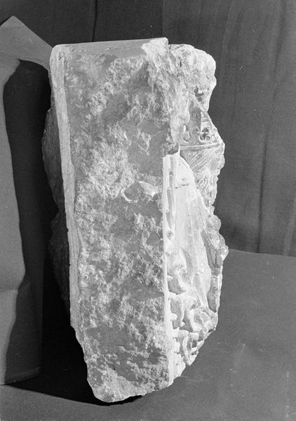 Haut-relief en pierre de Courville, fragment : Dieu le Père bénissant, profil droit