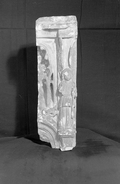 Retable ou de clôture de choeur en pierre de Saint-Maximin, fragment : personnage et éléments d'architecture, de face