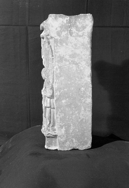 Retable ou de clôture de choeur en pierre de Saint-Maximin, fragment : personnage et éléments d'architecture, profil gauche