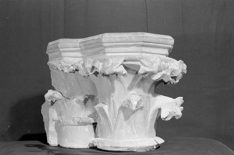 Chapiteau double à crochets en pierre de Romain