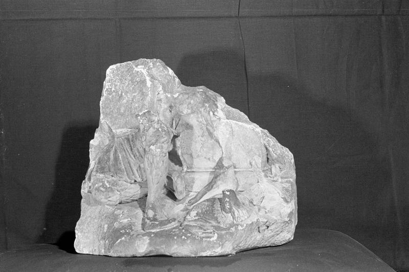Haut-relief  en pierre de Saint-Maximin, fragment : base avec pieds, de trois quarts gauche