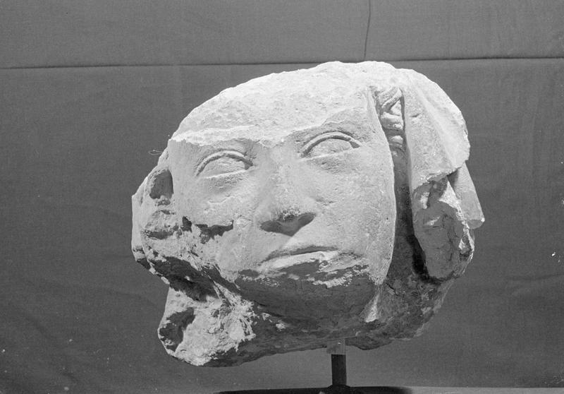 Statue en pierre de Courville, fragment : tête de femme voilée, de face