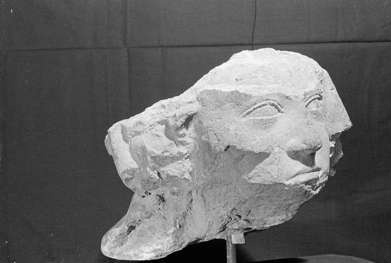 Statue en pierre de Courville, fragment : tête de femme voilée, de trois quarts droit