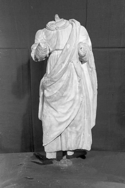 Statue en marbre blanc, fragment : homme acéphale, de face