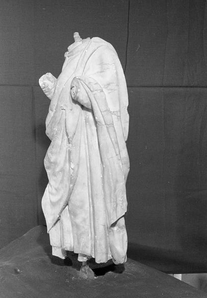Statue en marbre blanc, fragment :  homme acéphale, de trois quarts gauche