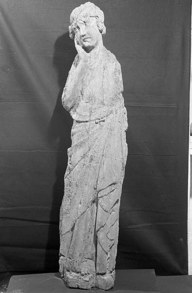 Statue en bois : ange ou sainte femme au tombeau, de face