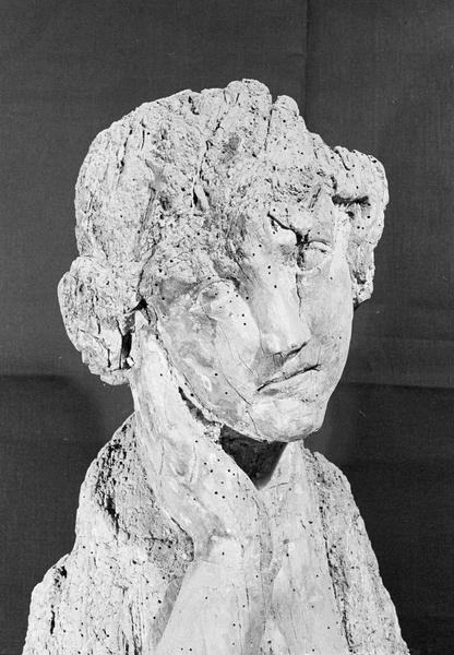 Statue en bois : ange ou sainte femme au tombeau, détail du visage