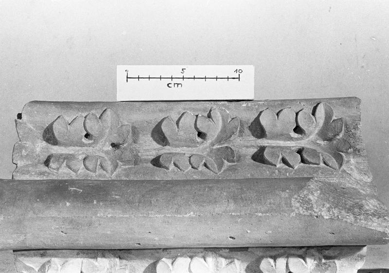 Jubé du 13e siècle, fragment orné de motifs végétaux
