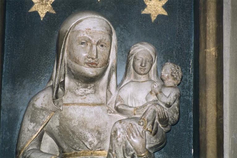 Haut-relief : Sainte Anne portant la Vierge et l'Enfant, vue rapprochée
