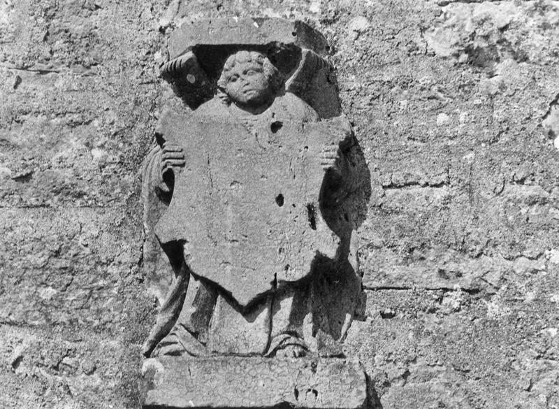 Bas-relief : Ange présentant un écu