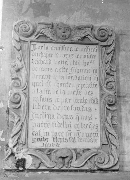 Plaque funéraire de Richard Vatin, prêtre et chanoine de Coutances, et son cadre