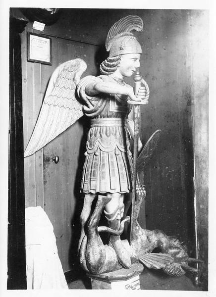 Groupe sculpté : Saint Michel archange terrassant le démon